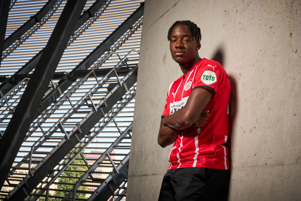 Contract signing Noni Madueke of PSV